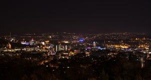 Stuttgart panorama på natten med den huvudsakliga stationen och Arkivfoto