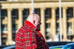 Stuttgart Tyskland - Februari 19 2018: Mannen som gör en allvarlig framsida under fettisdagen, ståtar Arkivbild