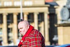 Stuttgart Tyskland - Februari 19 2018: Mannen som gör en allvarlig framsida under fettisdagen, ståtar Arkivfoton