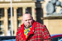Stuttgart Tyskland - Februari 19 2018: Mannen som gör en allvarlig framsida under fettisdagen, ståtar Royaltyfria Bilder