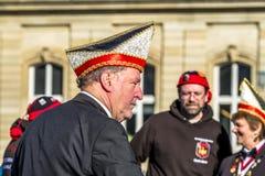 Stuttgart Tyskland - Februari 19 2018: Mannen som gör en allvarlig framsida under fettisdagen, ståtar Royaltyfri Bild