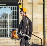 Stuttgart Tyskland - Februari 19 2018: Mannen som gör en allvarlig framsida under fettisdagen, ståtar Fotografering för Bildbyråer