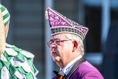 Stuttgart Tyskland - Februari 19 2018: Mannen som gör en allvarlig framsida under fettisdagen, ståtar Arkivfoto