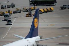 Stuttgart TYSKLAND - May: Lufthansa flygplan på den Stuttgart flygplatsen arkivbild