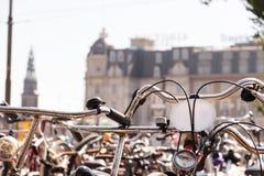 stuur van een fiets met honderd van fietsen in Amsterdam wordt geparkeerd dat stock afbeeldingen