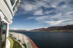 Stuurboord mening van bergen Arkureyri Stock Fotografie