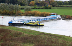 Stuurloze vrachtschiprivier van IJssel, Holland Stock Afbeeldingen