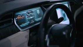 Stuurwiel en computer elektrische auto aan boord stock video