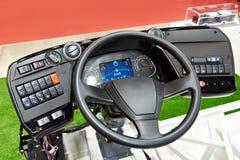 Stuurwiel en dashboard van elektrische bus stock afbeelding