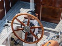 Stuurwiel en marien kompas van overzees varend jacht Sluit omhoog Stock Fotografie