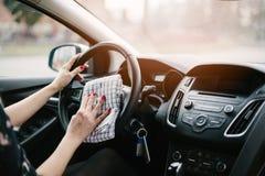 Stuurwiel van de vrouwen het schoonmakende auto stock afbeeldingen
