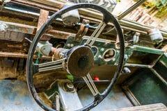 Stuurwiel van een oud roestig autowrak, binnenlands van een gesloopt voertuig stock afbeelding