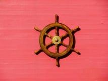 Stuurwiel van het schip op een roze muur Stock Fotografie