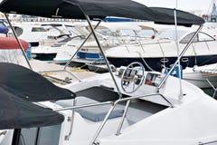 Stuurwiel van overzeese boot in parkeren royalty-vrije stock foto's