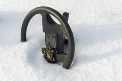 Stuurwiel zonder luchtkussen in sneeuw half wordt begraven die royalty-vrije stock afbeelding