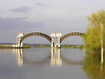 Stuw Driel jaz w rzecznym Rhine (Nederrijn holandie) fotografia stock