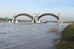 Stuw Driel, weiren i floden Rhine (Nederrijn, Nederländerna) arkivbild