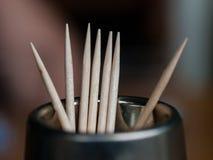 Stuzzicadenti con i bastoni che attaccano fuori su una tavola fotografia stock libera da diritti