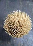 Stuzzicadenti di bambù taglienti su fondo di legno Immagine Stock Libera da Diritti