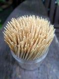 Stuzzicadenti di bambù taglienti su fondo di legno Fotografia Stock