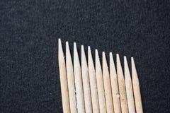 Stuzzicadenti di legno su fondo nero fotografia stock