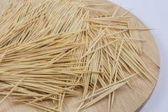 Stuzzicadenti sul piatto di legno Fotografie Stock Libere da Diritti