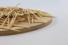 Stuzzicadenti sul piatto di legno Fotografia Stock Libera da Diritti