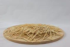 Stuzzicadenti sul piatto di legno Immagini Stock