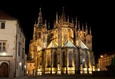 StVitus大教堂在Prazsky hrad的在布拉格 大教堂的夜照明设备使它特别壮观 库存图片