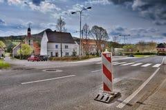 Stvolinky, Machuv kraj, Tsjechische republiek - 14 April, 2017: route 15 met verkeersteken die rond groen vierkant in de lenteaft Stock Afbeelding