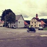 Stvolinky Tjeckien - Augusti 19, 2017: rutt 15 med den rörande motorcykeln på väg 15 som leder runt om gräsplanfyrkant i sommarho Royaltyfria Bilder
