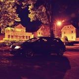 Stvolinky, Tsjechische republiek - 19 Augustus, 2017: de zwarte tribune van autoopel Astra H in dark op dorps gemeenschappelijke  Stock Foto