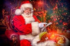 Stwarza ognisko domowe Święty Mikołaj zdjęcia royalty free