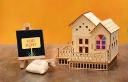 Stwarza ognisko domowe dla czynszu znaka z dom miniaturą fotografia royalty free