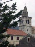Stwarza ognisko domowe i kościelny wierza w centrum miasta Bakar w Chorwacja Obrazy Stock