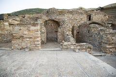 Stwarza ognisko domowe i mozaik podłoga przed domami bogaci mieszkanowie Ephesus na ulicznym Kuret. Obraz Royalty Free