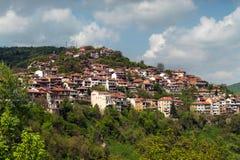 Stwarza ognisko domowe na falezie wśród halnej scenerii Bałkańscy domy obraz stock