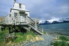 Stwarza ognisko domowe na stilts na wodzie, Seward, Alaska zdjęcie stock