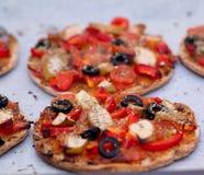 Stwarza ognisko domowe piec weganin mini pizzę na pergaminowym papierze Obrazy Royalty Free