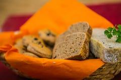 Stwarza ognisko domowe piec wholemeal chleba babeczki i pokrajać żyto chleb rodzaj różnych chleba Obraz Stock