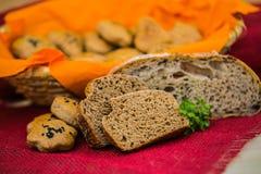 Stwarza ognisko domowe piec wholemeal chleba babeczki i pokrajać żyto chleb rodzaj różnych chleba Zdjęcia Stock