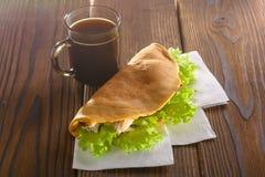 Stwarza ognisko domowe robić fastfood z kawą na drewnianym stole Zdjęcie Royalty Free