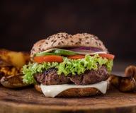 Stwarza ognisko domowe robić hamburger z zieloną sałatką z amerykańskimi grulami wewnątrz za i t?a drewniany naturalny zdjęcie stock