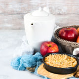 Stwarza ognisko domowe robić jabłka rozdrobni w obsady żelaza rynience kwadrat Zdjęcia Stock