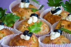 Stwarza ognisko domowe robić muffins dekorujących z oliwkami, ziele i mozzarellą, Zdjęcie Royalty Free