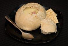 Stwarza ognisko domowe robić piwną serową polewkę w chlebowym pucharze Obrazy Stock