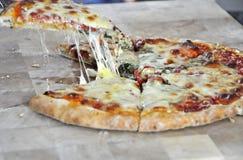 Stwarza ognisko domowe robić pizzę z serowym i pomidorowym kumberlandem Obraz Stock
