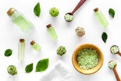 Stwarza ognisko domowe robić zdroju kosmetyka z herbacianym oliwa z oliwek i solą dla skąpania na białym tło odgórnego widoku wzo Obraz Stock