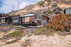 Stwarza ognisko domowe w disrepair który ono wznawia wzdłuż linii brzegowej Krystaliczna zatoczka i plaży obrazy royalty free