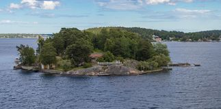 Stwarza ognisko domowe Wzdłuż Szwedzkiego archipelagu fotografia stock